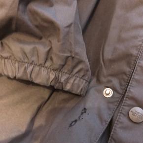 The North Face coach jakke. Har en del slid, derfor den lave pris. Sliddet er ikke umiddelbart til at se når man ikke ved det.