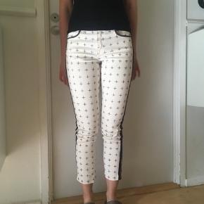 Super flotte hvide og sorte  jeans fra H&M  str. 27 sælges ☀️ Se også mine andre spændende annoncer🌸