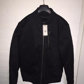 Varetype: NY jakkeFarve: Sort Oprindelig købspris: 800 kr.  NY jakke i str. Large model Boom Jacket T fra Selected Homme - stadigvæk i original emballage.  MP er kr. 550+porto.  Jeg bytter ikke.