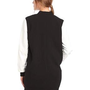 Gestuz overgangsjakke 95% Polyester, 5% elastane  Afhentes i centrum af Silkeborg eller sendes på købers regning