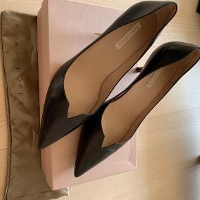Sælger disse fine hæle fra Pura López, da jeg dsv ikke får dem brugt. De er brugt en gang til en fest indenfor og er ellers ikke gået med. Der er kun lidt mærker under skoen. Kom med et bud. Dustbag og æske medfølger. Skriv for flere billeder