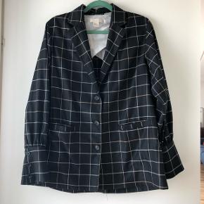 Fin blazer/skjorte agtig jakke fra H&M trend. Str. 34. Brugt få gange og fremstår i  pæn stand. Den har lidt vidde i ærmerne. Bytter ikke.