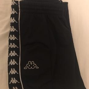 Kappe bukser med knapper op af begge sider. Sælger fordi jeg ikke får dem brugt.  De er en størrelse XL, men jeg bruger normalt M-L og passer mig fint.
