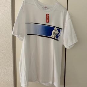 Supreme T-shirt. We are back to fuck you up.  Købt i London for 6 måneder siden, aldrig gået med.   Skriv hvis du har nogle spørgsmål. Kan mødes i Aarhus.