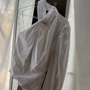 Jeg sælger blusen, fordi jeg desværre ikke får den brugt nok. Den har kun været brugt en gang og vasket en gang.