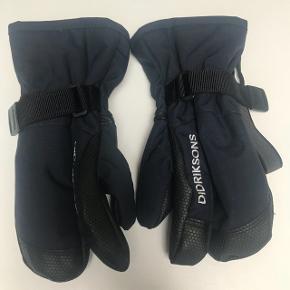 Helt nye 3 finger handske til pige el dreng. Mørkeblå. Købt for 1 mdr siden men har afklippet pris skilte. Vind og vandtæt