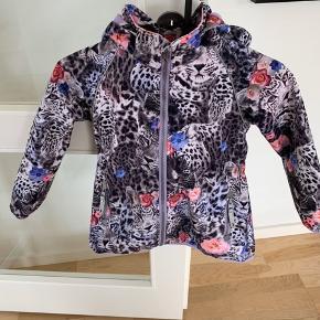 Lækker jakke i skønne farver, rigtig fin stand, dejlig varm lidt som en vindbreaker ;-)