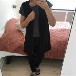 Overdel fra Vero Moda, str small Aldrig brugt  Meget fin til at tage over en t-shirt eller trøje.  Afhentes eller sendes med DAO