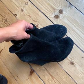 Støvler med kilehæl i ruskind. De er lidt slidte da det er ruskind