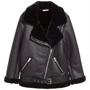 Super lækker vinter/forårsjakke fra H&M Har den dejligste pels indeni og en form for ruskind på ydre siden✨