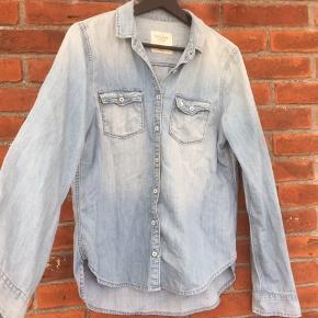 Lækker skjorte fra Abercrombie i lys denim🌸 Farven er mere blå, hvor billede fremstiller skjorten grålig.   Kun brugt enkelte gange😊  Se gerne mine andre annoncer - ved køb af mere, finder vi en bedre pris😊