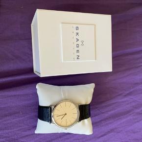 Lækkert Skagen ur med sort læderrem. Prøvet på en enkelt gang og ellers bare ligget i skabet siden jeg fik det
