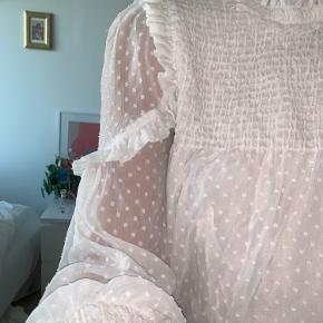 Lille i størrelsen, super sød skjortebluse med cute detaljer 💛