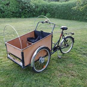Christiania cykel i god stand sælges. Har en ny bænk, ny bænk pude, og ny sikkerhedssele. 7 gear, er tjekket og de virker fint. Kalechen medfører som kan ses på billederne. Der er mulighed for afslag for prisen ved hurtigt køb.