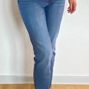 Velholdte jeans. Sælger, fordi jeg er kommet til at købe dem en str. for stor til mig. De er str. 31/32.