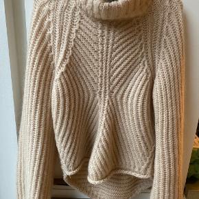 Sælger denne super fine sweater fra Stine Goya, da jeg desværre ikke får den brugt nok. Den er stor i størrelsen :)