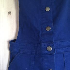 Overall nederdel i blå. Brugt få gange, stadig i rigtig god stand. Fungere rigtig godt med t-shirt inden under.