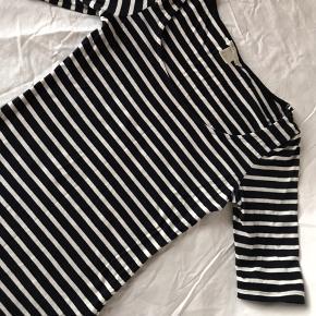 Figursyet bluse fra H&M med 3/4 ærmer og striber i hvid og mørkeblå/navy. Tætsiddende, blødt stretch/bomuld - vil nok også passe en Small.  Har været vasket men aldrig brugt.  Kan give mængderabat ved køb af mere end én ting