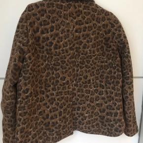 Leopard blazer, god som overgangsjakke da den indeholder bla. uld.