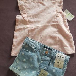 Sæt, Bluse shorts, Denim Co  200 kr.  Sød sæt i bomuld bluse lyserød og shorts i lyseblå farve med hvide kopper på i elastik bomuld , så de strekkes godt. Aldrig brugt stadig med tags på se mine øvrige annoncer.