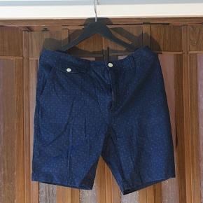 Lækre blå shorts fra det danske kvalitetsmærke Suits. Shortsene er en størrelse 34 og fitter normalt. De har ingen tydelige brugsspor, og er derved næsten som nye.  Se også gerne mine andre annoncer med mærker som, Comme Des Garcons, Wood Wood, Soulland, Tiger of Sweden ect.
