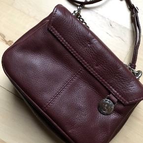 Tasken er ikke brugt, og står derfor uden nogen skader eller tegn på slid.