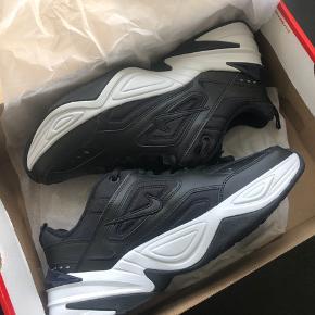 Nike M2K Tekno sneakers, str. 39 - aldrig brugt da de er for store til mig og det er for sent at sende dem retur. Nypris 800kr 😊  Bytter ikke og sender kun på købers regning
