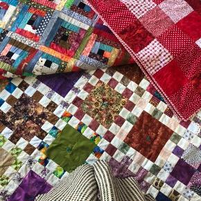 3 patchwork tæpper i forskellige størrelser og farver. Perfekt som sengetæppe, almindeligt tæppe, pynt i sofaen eller babytæppe. Kun fantasien sætter grænser med noget så fint  Spørg for mål og pris 🌱🌞  DET RØDE TÆPPE ER SOLGT