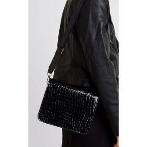 Super lækker crossbody taske fra Vero Moda med justerbar rem. #trendsalesfund