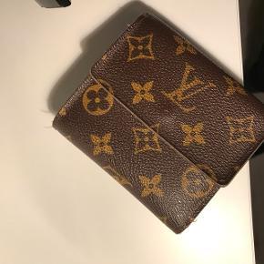 Nypris 4500kr Pungen er fra Louis Vuitton, og er 100% ægte, der er desværre ingen certifikat på pungen.   Skriv hvis i er interesseret