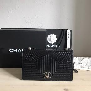"""Smuk Chanel taske """"Limited Edition"""", i sort kalveskin med oxideret hardware. Modellen fås ikke i butikkerne mere, og blev kun lavet i få eksemplarer. Så hvis du vil have en unik Chanel taske, men klassisk i udseendet er  denne ideel. Tasken er næsten som ny, og har  lige fået skiftet kæde i den officielle Chanel i Paris. Der medfølger pose, kasse, dustbag og authentic card.  Prisen er fast."""