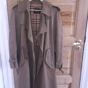 Sælger denne smukke Burberry jakke. Den er købt vintage ☀️ jeg er str m.  Jakken er en smule slidt i et par syninger, men ellers er standen er virkelig god på den!   #30dayssellout