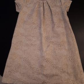 Rigtig flot kjole med guld print
