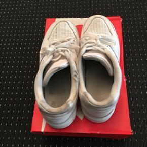 Sælger de her beatede Nike sneakers   Str 45   Box medfølger