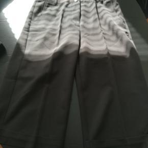Super flot, og elegant, lidt lang shorts sælges. Brugt få gange.