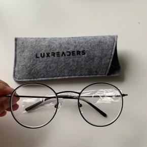 BRILLERNE ER STYRKE MINUS 2  super fine briller hvis man er nærheden - aldrig brugt da jeg kom til at bestille to i samme farve. Jeg bruger selv et par og er super glad for dem Alle detaljer er vedhæftet og der tages ikke flere mål eller billeder ! Brug gerne køb nu funktionen  Briller med styrke i :-) ikke købt i optikerne så brille glassene er ikke lavet specifikt til mig 👍🏼