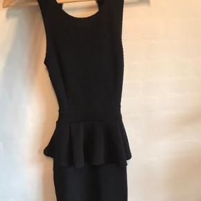 Sort kjole, købt på Nelly, brugt 1 aften, str. xs-s Byd.