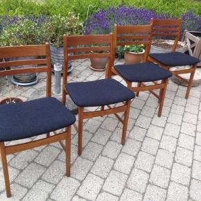 4 teak spisebordsstole Dansk design, nyt sort stof på sæderne, ellers i flot solid stand med få brugsspor.  Sælges kun samlet.  H 45/79 B 49 D 45 cm.