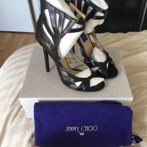 Superfine sorte sko fra dengang Jimmi Choo havde en collab med HM. Lidt ridser bag på hælene. Ca. 10 cm høje. Normal 37. Kommer i original dustbag og original jimmi choo skokasse, som dog ikke tilhører denne modell.