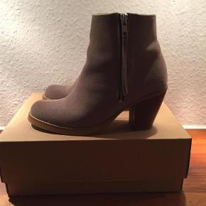 Varetype: Fede støvler Farve: Se billede Oprindelig købspris: 1600 kr.  Hælhøjden er 8 cm.  Bytter ikke...