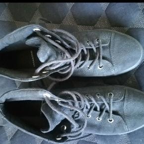 Super flotte sko/støvletter str. 39 sælges. De er brugt på en uges ferie, tre gange, købt for små. Billedet meget dårligt, de er i rigtig fin stand, og helt sorte, selv om billedet angiver noget andet. Så man skal virkelig se bort fra billedet.
