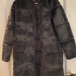 Neo noir pels jakke. Brugt en enkelt gang. Står som ny