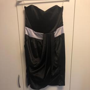 Fin silkekjole i sort/sølv med selvsiddende overdel fra Goddess LONDON i str. S Brugt en enkelt gang  BYD