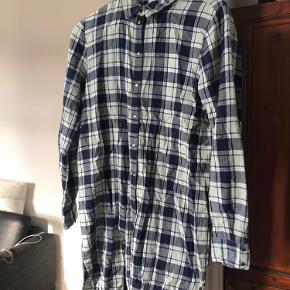 Fed casual stor skjorte. Med farve blå og lys grøn. Med trykknapper og alle virker