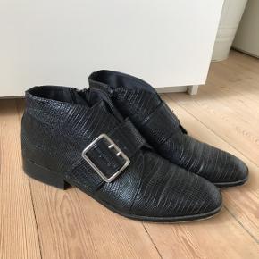 Mega fede sorte korte støvler med oversize spænde på 👌🏼 rigtig god stand, brugt 2 gange. I imiteret læder. Fra H&M i str. 39 💥  Bemærk - afhentes ved Harald Jensens plads eller sendes med dao. Bytter ikke 🌸  💫 Sko støvler støvletter sort sorte læder croc krokodille læderstøvler