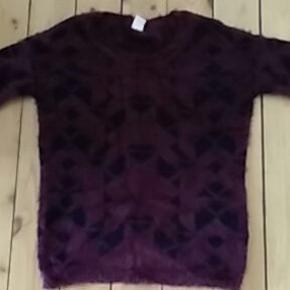 Superlækker og vildt blød trøje med let fluffy effekt på overfladen. Sort og bordeauxmønstret. Kun brugt et par gange  Mål Længde: 76cm Bryst: 57cm Bundkant: 55cm