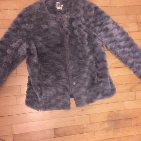 Sælger denne fine fluffy jakke fra Sankt tropez.