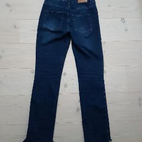 Lækre jeans med stræk i, to baglommer og snyde lommer foran. Modellen hedder Jolie  Indvendig benlængde er 78cm foran, og 5 cm længere bagpå. Livviden er 2x 42 cm  BYTTER IKKE !!!!  Prisen er 150kr  Handler mobil pay