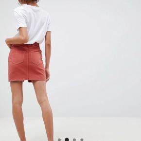 Nederdel i den fedeste rustne røde farve 💥 UK 8 /36. Fremstår som ny.  Jeg bytter IKKE 🙂