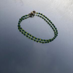 Grøn og blår armbånd med elastik snor, så det passer til alle håndled💚💙
